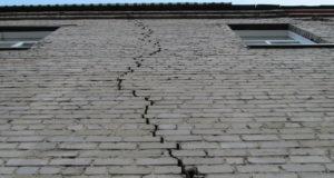 Трещины кирпичных стен: опасности и устранение