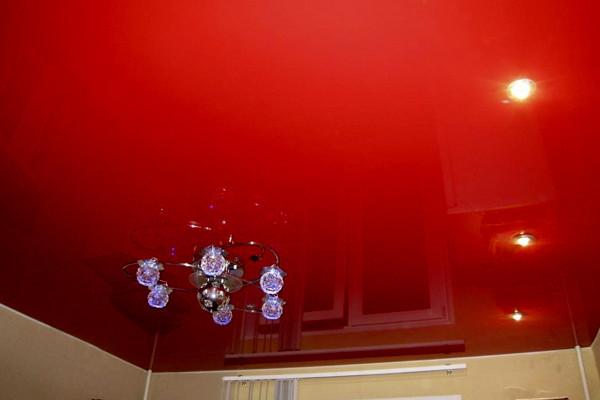Красный потолок, его свойства, правила оформления дизайна