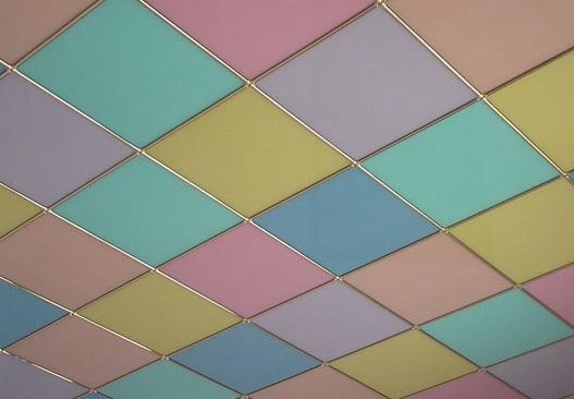 Особенности создания разноцветного потолка