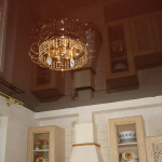 Потолок в коричневом цвете, особенности создания, влияение цвета