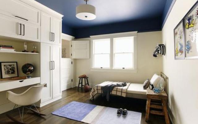 Синий потолок, его влияние, сочетание с другими материалами