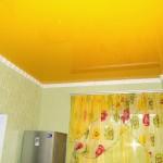 Желтый потолок, его оттенки, влияние на интерьер