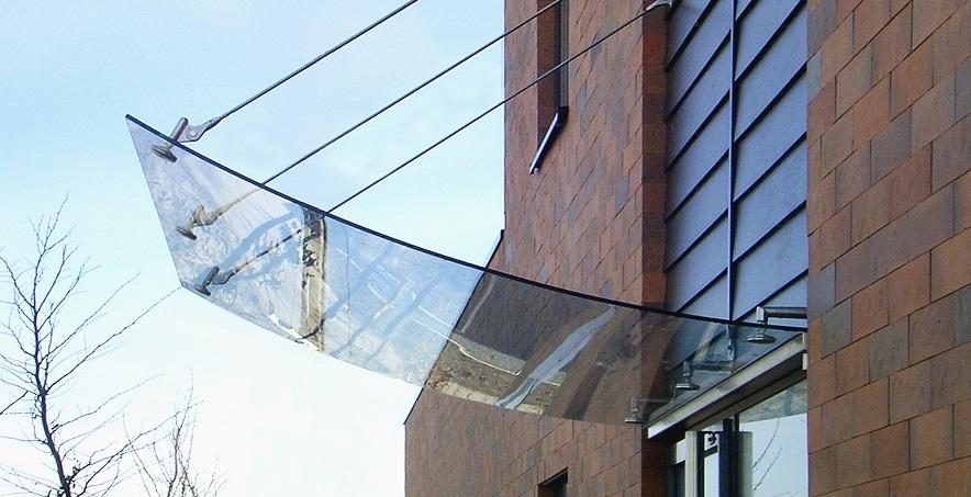 Козырьки из закаленного стекла – надежная и долговечная защита входной группы