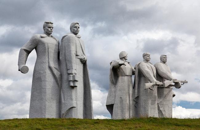 Легендарный памятник 28 панфиловцам в поле возле деревни Нелидово