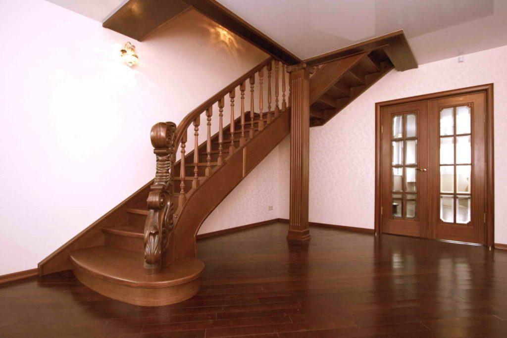 Почему стоит сделать выбор в пользу лестницы для дома из дерева?