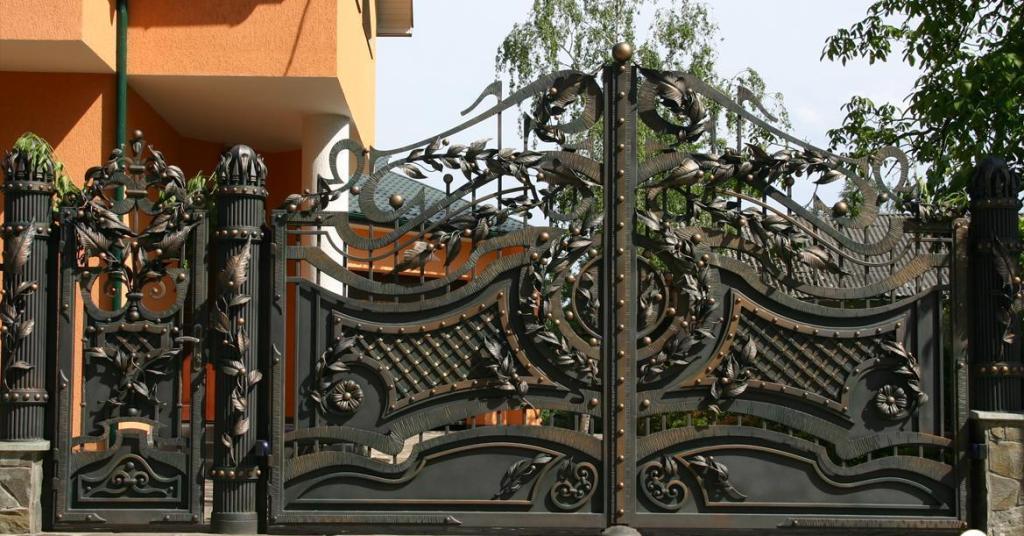Ворота с декоративными коваными элементами