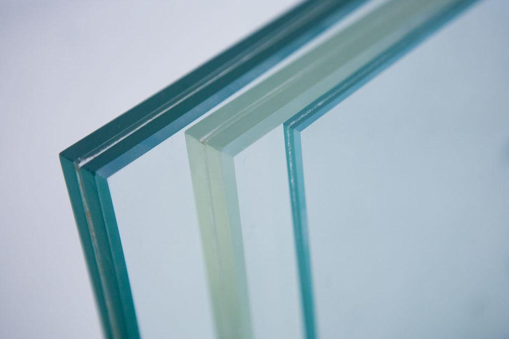 В чем преимущество закаленного стекла