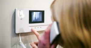 Как выполняется установка домофона и его последующее подключение?